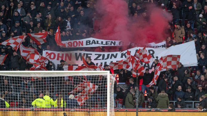 L+R Spandoeken PSV Fans tegen bestuur