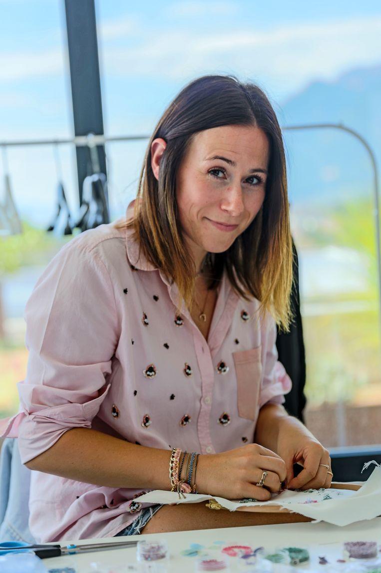Ontwerpster Silvia Della Giacoma (32) werkte bij modehuis Valentino tot ze terugkeerde naar Zuid-Tirol om haar eigen merk Internodiciotto op te zetten. Tijdens het borduren van een sweater geeft zij haar favoriete adressen. Beeld Noël van Bemmel