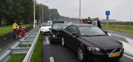 Vier auto's betrokken bij kettingbotsing in Bemmel; scooter botst op toekijkende fietser