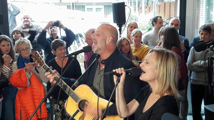 Paskal Jakobsen en Geike Arnaert zingen 'Zoutelande' tijdens de finale van de Lage Landenlijst, in het volgepakte Beach Hotel in Zoutelande.