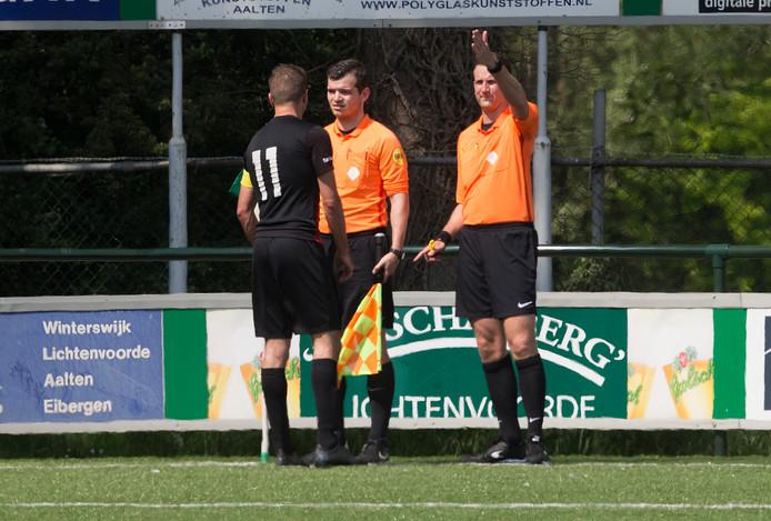 Silvolde-aanvoerder Jaël Krosse protesteert hevig na de afgekeurde goal van Mike van Aken bij scheidsrechter Remco Schul (rechts) en zijn assistent Bas Seegers.