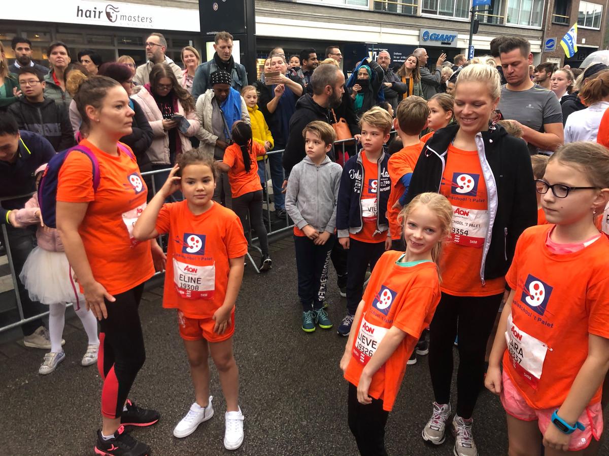 Leerlingen en begeleiders van basisschool 't Palet uit Eindhoven voor de start  City Run 5km van Marathon Eindhoven