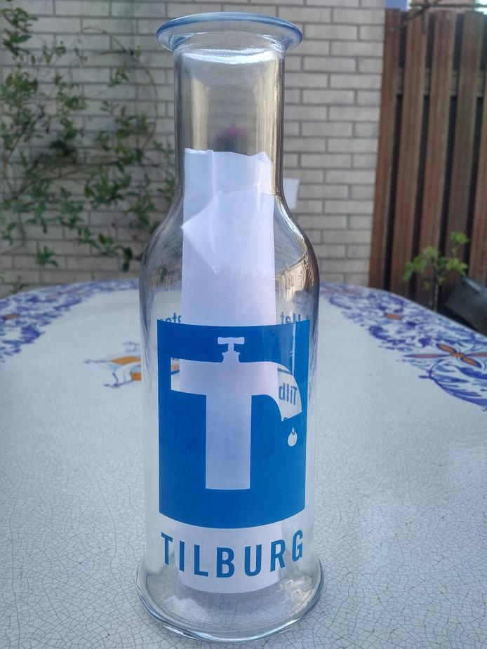 Karaf voor Tilburg water, door het CDA aangeboden aan wethouder Oscar Dusschooten