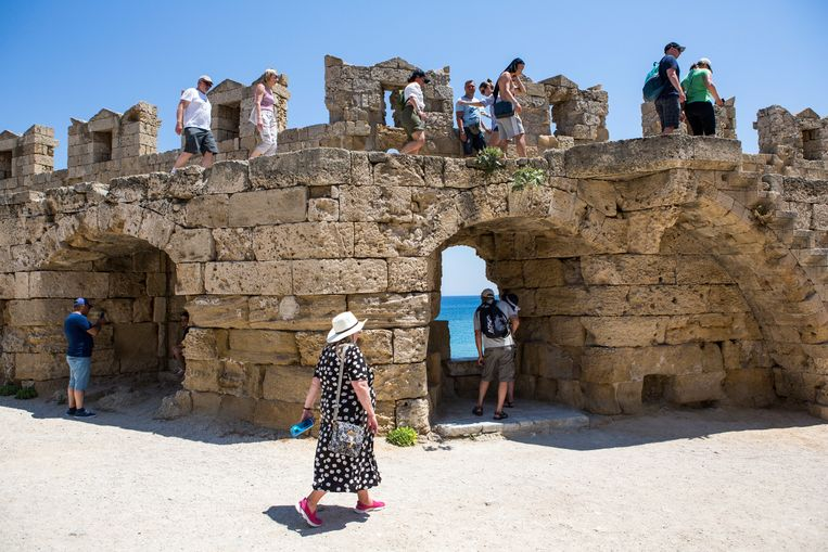 Toeristen in de oude stad van Rhodos. Beeld Julius Schrank / de Volkskrant