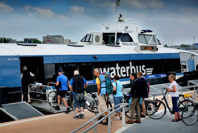 Vertrek van de Waterbus halte Merwekade in Dordrecht.