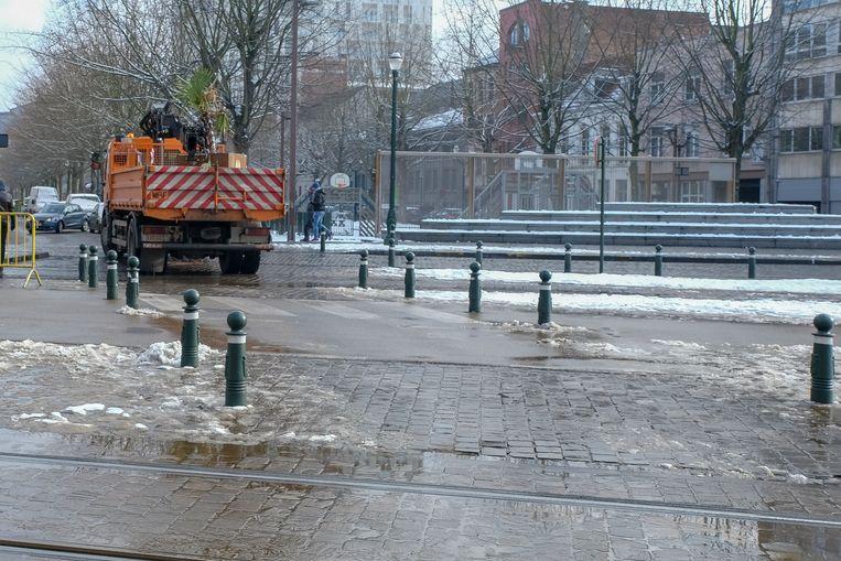 Bloembak op doodskaai weer weg: Stadsdiensten laden de bloembak op hun vrachtwagen.