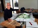 Rien Slagter met de plannen voor de tuin tussen het koetshuis en theehuis. Foto Alfred de Bruin