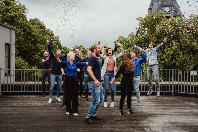 De werknemers van Open Social vieren de investering op het dakterras van het bedrijf aan de Oude Markt.
