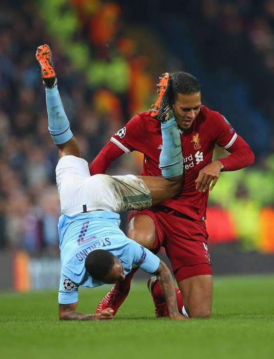 Virgil van Dijk in duel met Raheem Sterling.