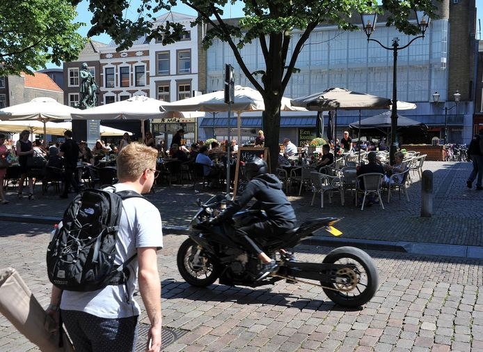 Een motorrijder rijdt langs het Scheffersplein, zomer 2017.