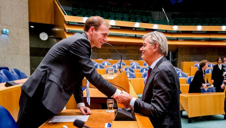 Kamerlid Martin van Rooijen van 50Plus schudt staatssecretaris van Financiën Menno Snel de hand na afloop van het debat. Beeld anp