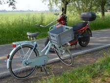 Meisje op fiets onderuit door stang in wiel