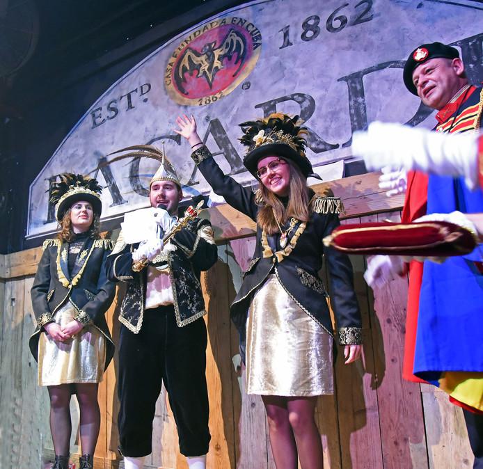Prins Bartolomeüs wordt geflankeerd door de hofdames Michelle Neeteson (links) en Nicky de Kort.