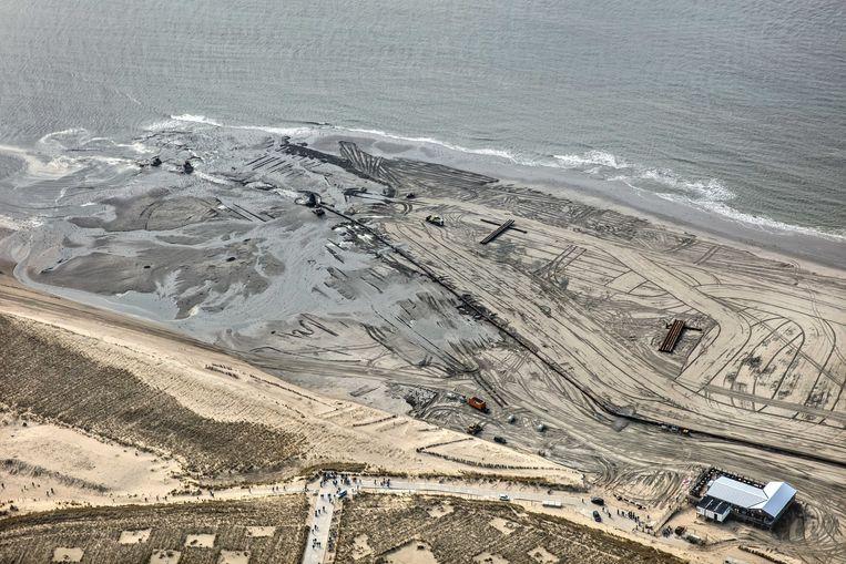 Vanwege de zeespiegelstijging en bodemdaling wordt extra zand aangevoerd in Camperduin. Beeld ANP