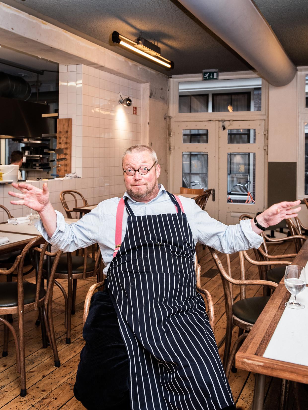 De Britse chef Fergus Henderson bereidt een salade in het Amsterdamse restaurant Kaagman en Kortekaas. De zogeheten 'levensreddende salade'.  Beeld Simon Lenskens