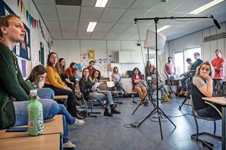 Acteurs krijgen in een tot studio omgebouwd klaslokaal les in digitaal lesgeven. Beeld null