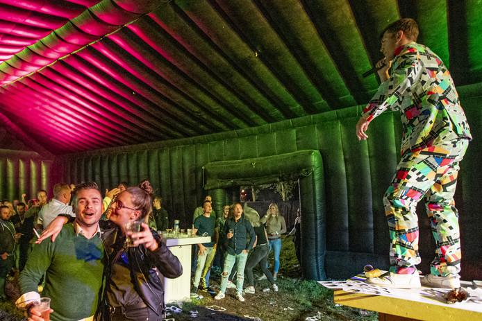 Een hossende menigte genoot met volle teugen op het After Summer Festival in Rijssen