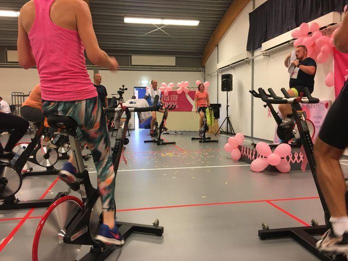 De dames stapten op de pedalen om geld op te halen voor onderzoek naar borstkanker.