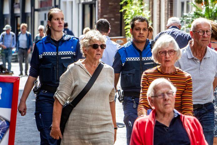 Handhaver Michelle Albersen een jaar geleden in de binnenstad aan het werk met collega Leroy van Weert.