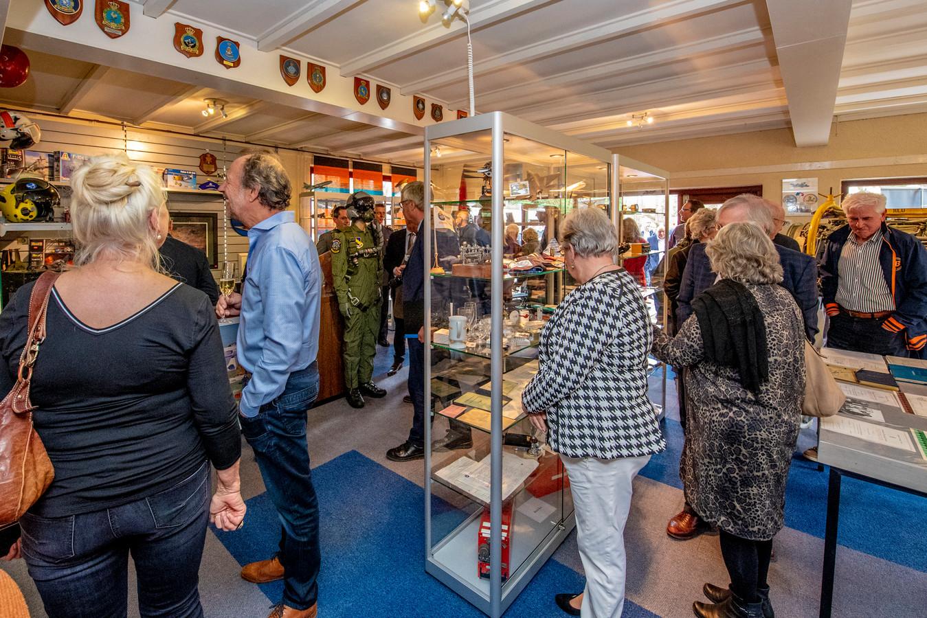 Tientallen genodigden vergaapten zich in het museum aan vele foto's en spullen uit 70 jaar luchtvaarttechniek die Fokker en Vliegbasis Woensdrecht voortbrachten.
