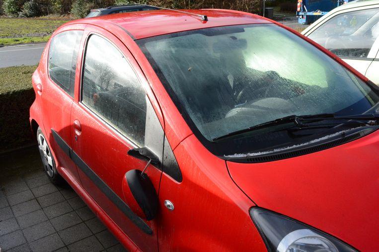 Bij enkele auto's is de spiegel volledig vernield.