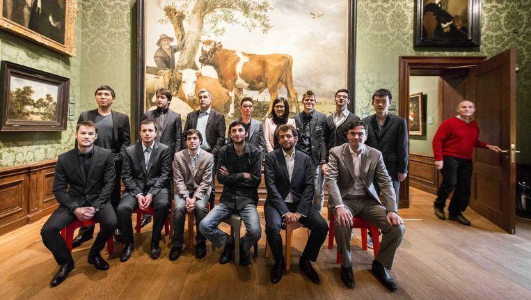 Schaakgrootmeesters poseren voor het schilderij De Stier van Paulus Potter tijdens een bezoek aan het Mauritshuis Beeld anp