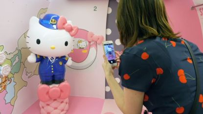 Paarse zetels, roos behangpapier en talloze souvenirs: kijk binnen in deze schattige Hello Kitty-trein