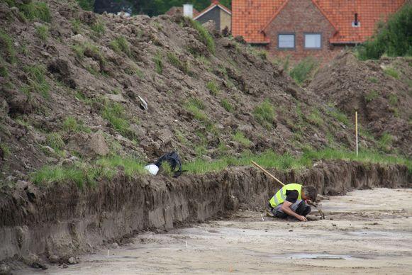 Een van de archeologen aan het werk op de werf van het bouwproject bij de Tuinwijk. Het team zoekt nog verder tot eind augustus.