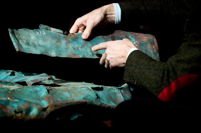 Eeuwenoud koper en hout uit het scheepswrak uit 1536, dat werd ontdekt tijdens de berging van containers van de MSC Zoe.  Beeld ANP