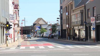 Breder voetpad langs Tolpoortstraat tussen Ommegangstraat en Kortrijkstraat