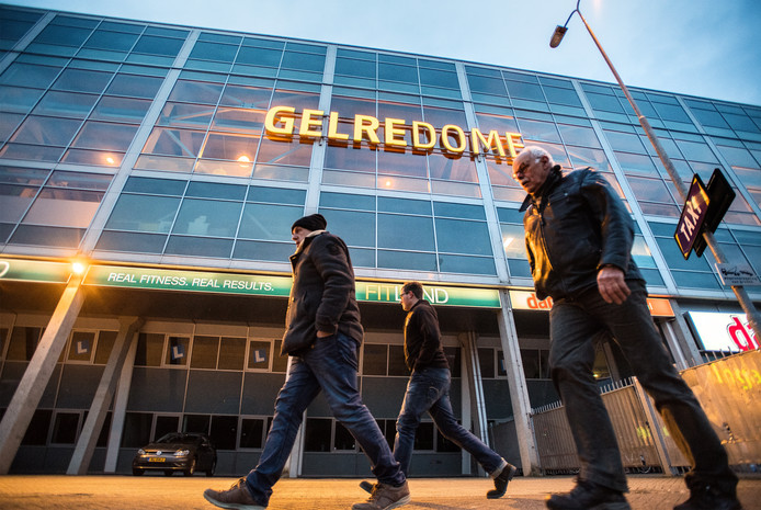 Supporters van Vitesse op weg naar een thuiswedstrijd in GelreDome.