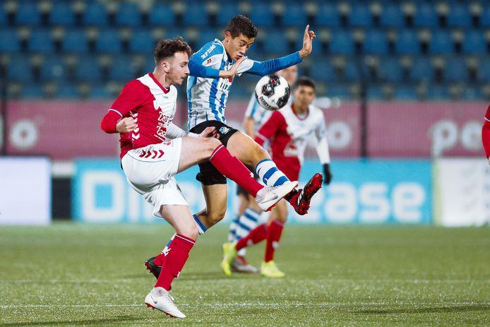 Jong FC Utrecht-speler Rick van der Meer en FC Eindhoven-speler Jay Idzes in duel.