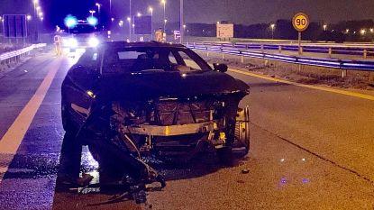 BMW belandt in de vangrail