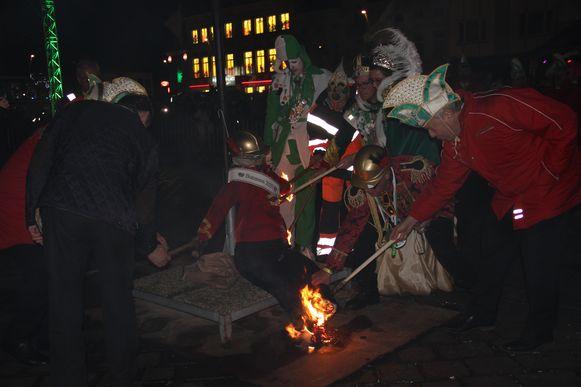 Het koningspaar en enkele leden van de Raad der Bommels steken samen met burgemeester Luc Dupont de 'Zatte Bommel' in brand.