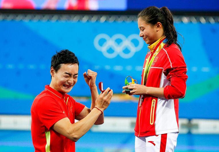 Zwemster He Zi werd na het behalen van haar zilveren medaille verrast door haar vriend Beeld EPA