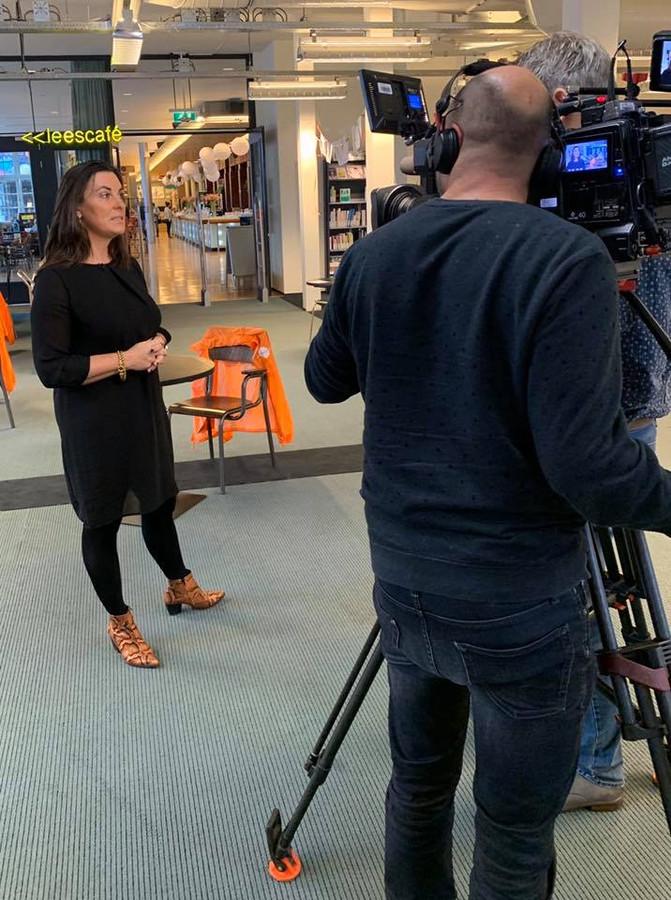 Sanna Weustink voor de camera van Nieuwsuur.