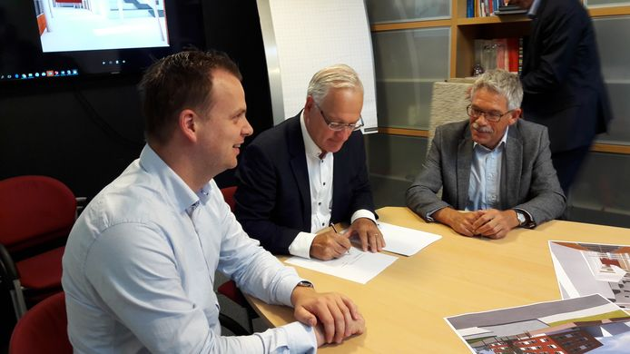 Ad van Kemenade tekent het contract.