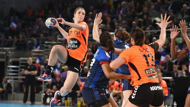 Nycke Cornelia Groot aan de bal tegen Frankrijk. Beeld anp