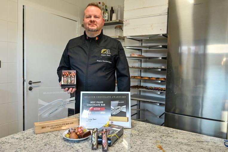 Jurgen Baert is fier op de award die hij won voor zijn nieuwe gevulde chocoladerepen.