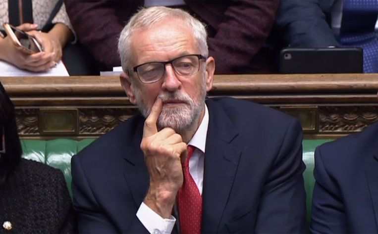 De Britse oppositieleider Jeremy Corbyn wil pas een motie van wantrouwen tegen premier Boris Johnson indienen als een no-dealbrexit volledig is afgewend.