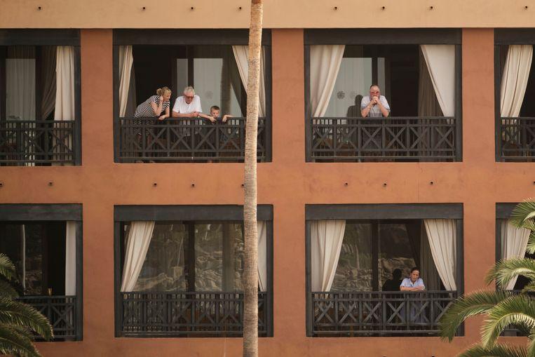 Gasten van het H10 Costa Adeje Palace hotel op Tenerife zitten vast op hun kamer. Beeld AP