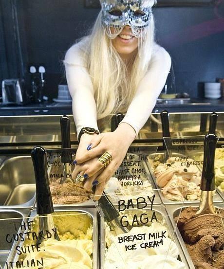 La serveuse de The Icecreamists déguisée en Lady Gaga et servant une glace Baby Gaga. Crédits Rex (Metro.co.uk)