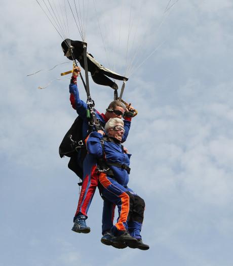 Stoere Brabantse oma (88) in tranen na parachutesprong