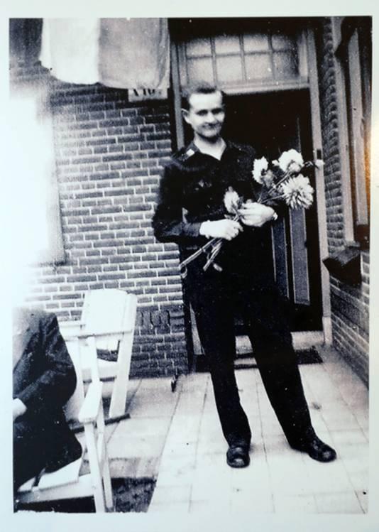 Tom Wegman voor het huis waar hij ondergedoken zat, vlak na de bevrijding (1944).