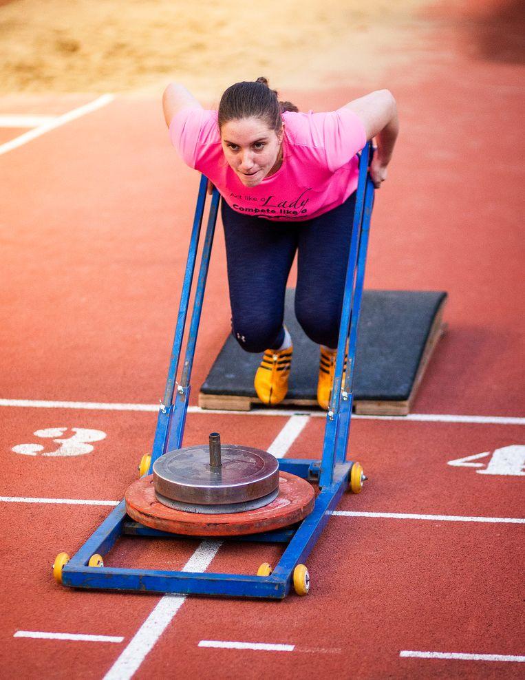 Karlien Sleeper traint in een hal van de Zoetermeerse atletiekvereniging Ilion.  Beeld Jiri Büller