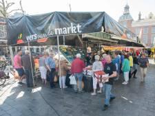 De groenteboer komt met een spectaculaire uitvouwkraam op de markt in Goes