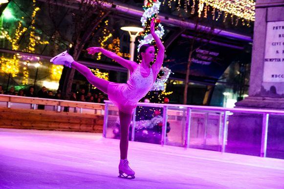 Winter in Antwerpen werd dit weekend geopend met een schaatsshow op de Groenplaats.