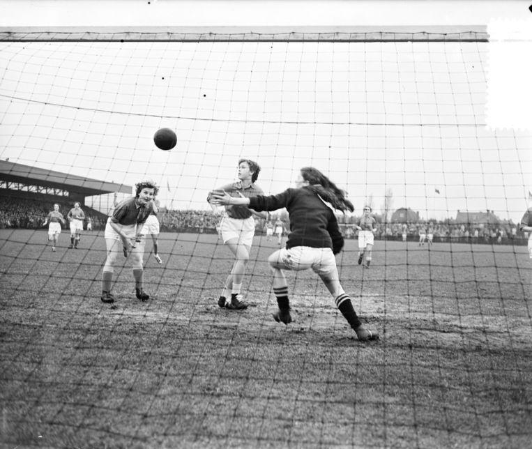 Vrouwenvoetbalwedstrijd in 1955: de Zeemeeuwen scoren in een thuisduel met Full Speed op sportpark Schoonenberg in Velsen-Zuid. Beeld Nationaal Archief