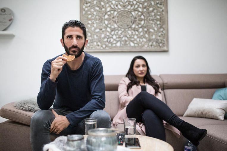 Malki en zijn vrouw Nane kijken de wedstrijd Syrië - Australië. Beeld John van Hamond / de Volkskrant