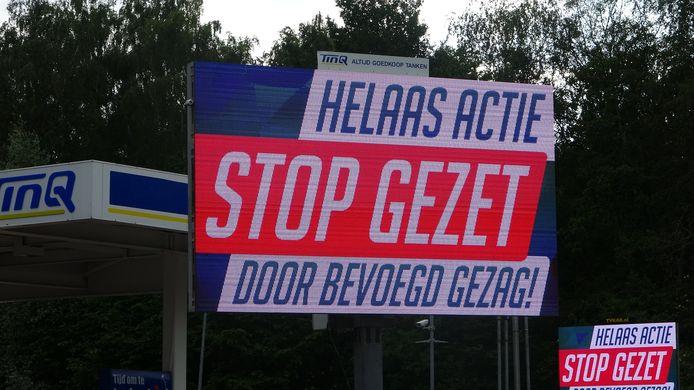 Het bord dat verscheen bij het tankstation kort nadat de burgemeester van Meppel de gratis tankactie verbood.